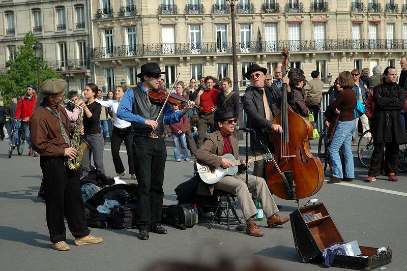 Un groupe de musiciens sur le pont qui relie les deux iles.