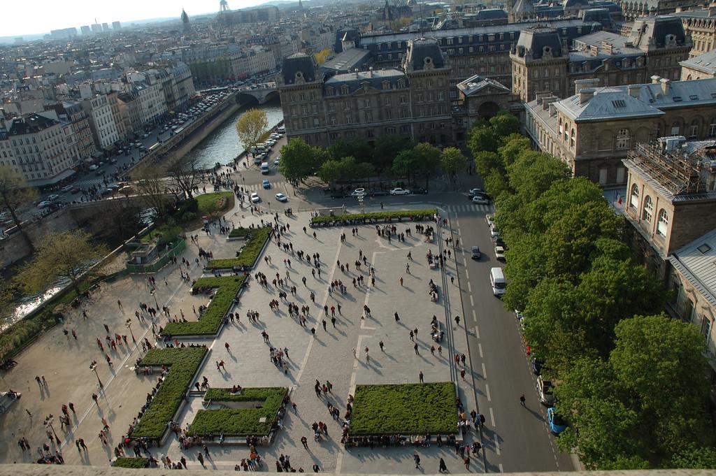 Le parvis de Notre Dame de Paris pris depuis l'allŽe qui relie les deux tours.