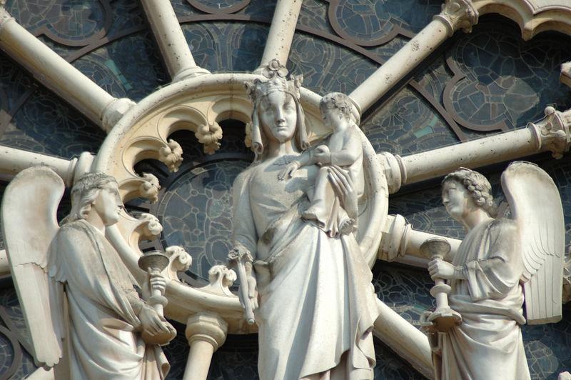 DŽtail de la Vierge sur la faade de notre Dame de paris. <br /> ˆ 300 mm.