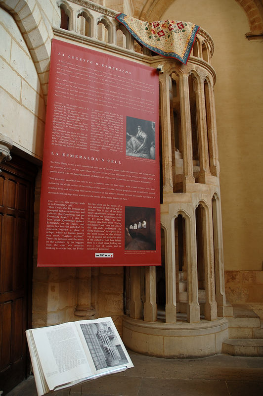 Un escalier en colimaon dans la premire salle de la tour (nord?) de Notre Dame de Paris. <br /> <br /> A voir absoluement.