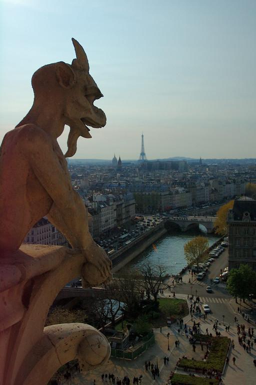 Une belle gargouille. Domage qu'il y ait un truc bizarre sur la gauche de la photo. <br /> Notre Dame de Paris