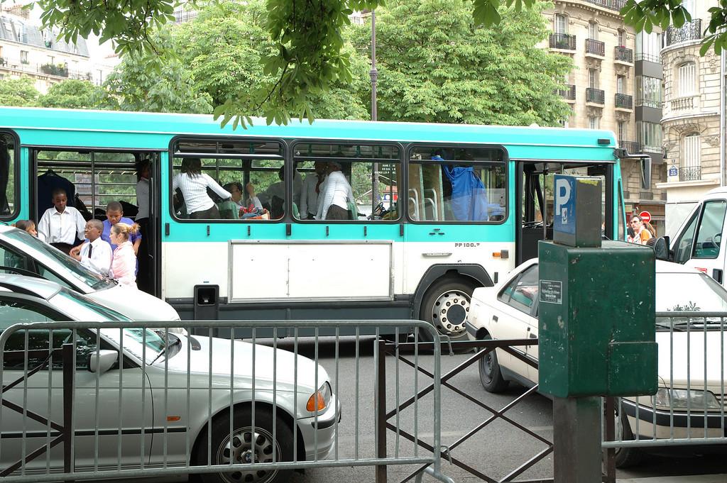 """Les cars fournis par la ratp pour transporter les participants au """"show"""" (corales gospell)."""