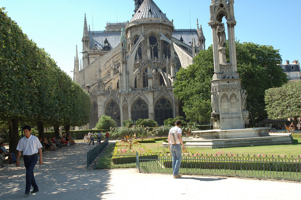 L'arrire de Notre Damme de Paris avec le petit jardin