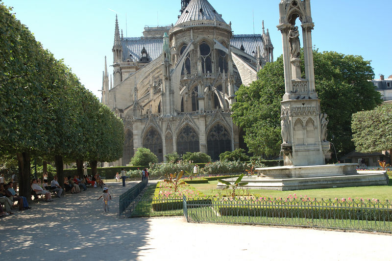 L'arrire de Notre Damme de Paris avec le petit jardin. <br /> Vide : pas  de touriste sur les premiers plans de l'image.