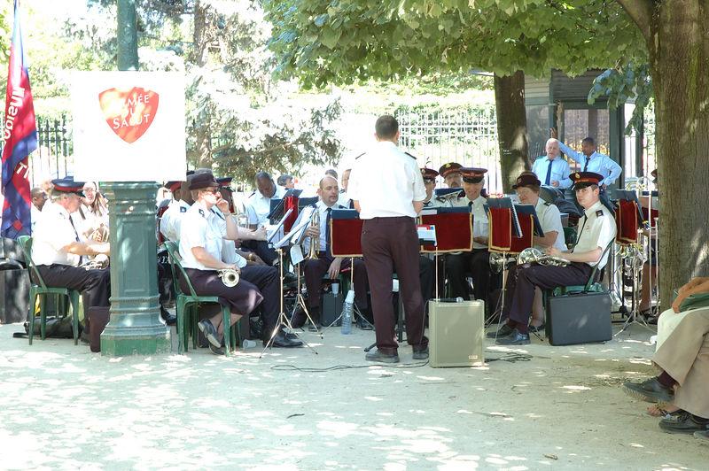Un orchestre de l'armŽe du salut dans le parc derrire Notre Damme de Paris.