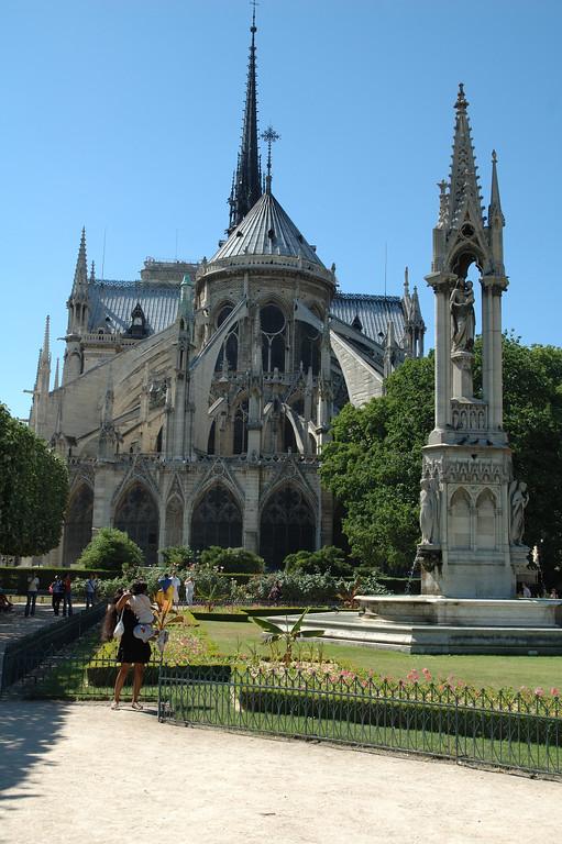 L'arrire de Notre Damme de Paris avec le petit jardin <br /> Cadrage vertical
