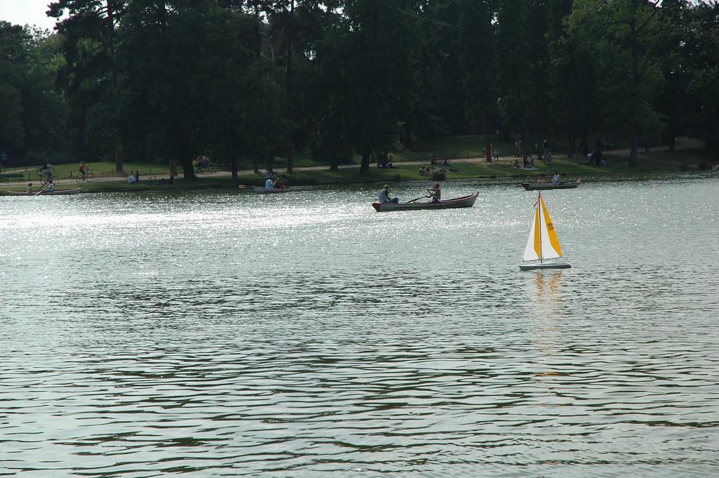 Voilier miniature et barque sur le lac du bois de vincennes.