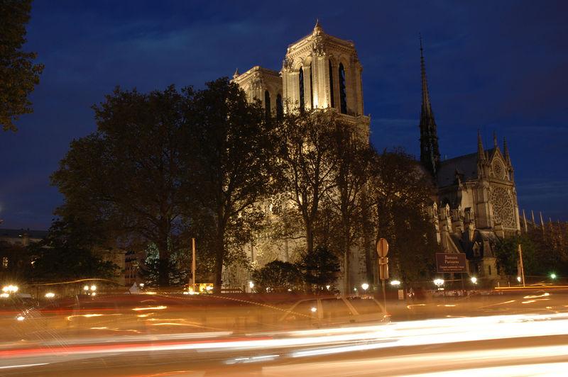 Notre-Dame prise depuis la rive gauche. On ne voit pas les bouquinites ˆ cause des phares des voitures.