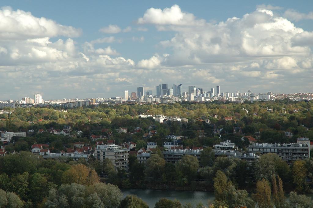 Paris vu depuis le parc du chateau de Saint Germain.