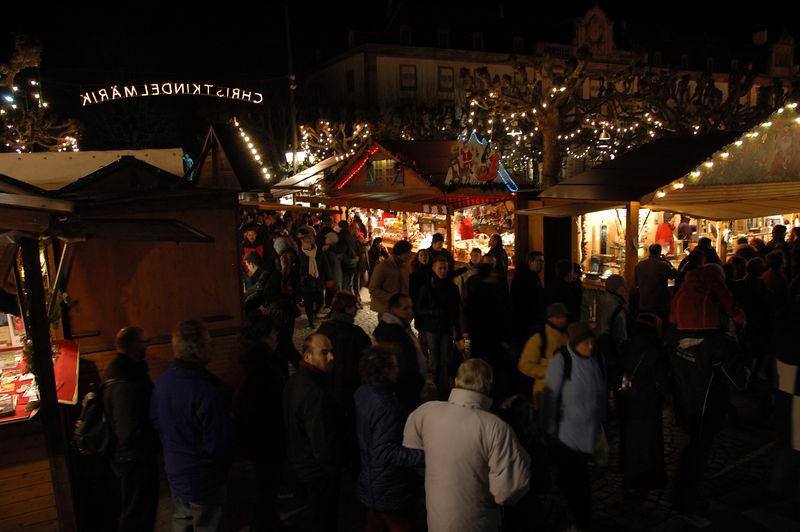 Vues d'un des marchŽs de No'l de Strasbourg (Place Broglie ?)