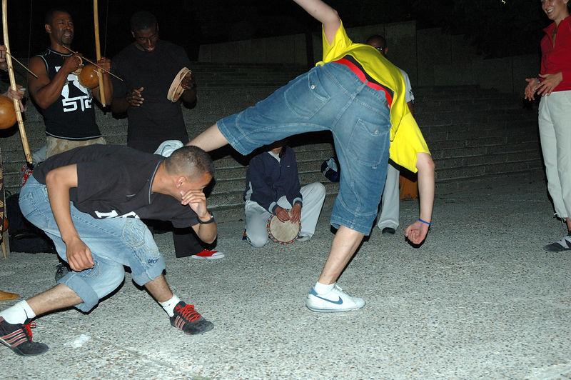 Groupe de capoera le soir de la fte de la musique<br /> 21/06/2005.