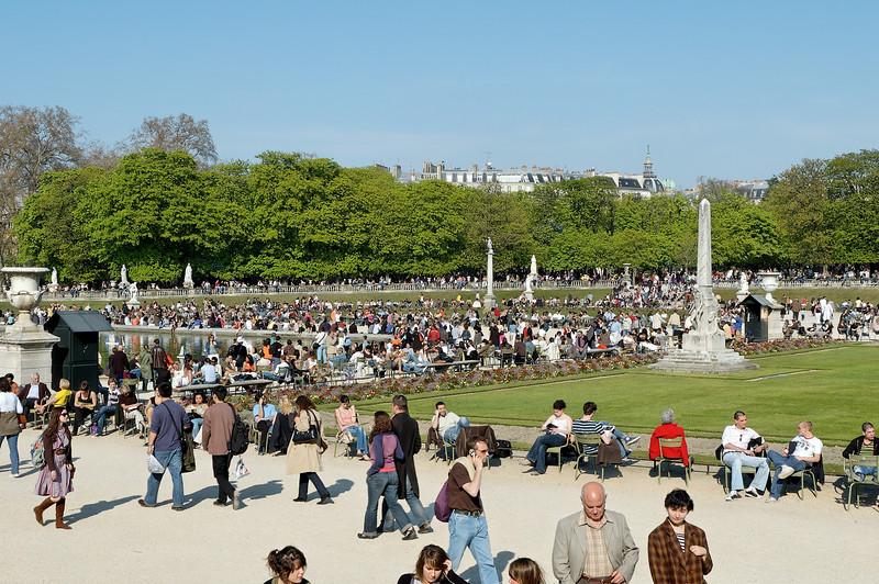 Une promenade au jardin du luxembourg a paris.