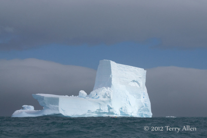 Iceberg-&-zodiac-3,-Elephant-Island,-South-Shetland-Islands