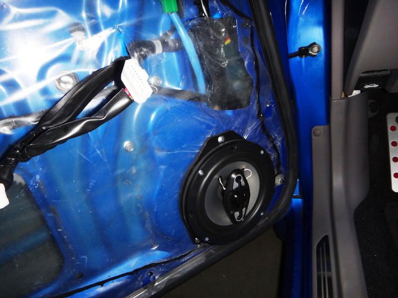 "Aftermarket speaker and   Speaker adapter bracket   from <a href=""http://www.car-speaker-adapters.com/items.php?id=SAK065""> Car-Speaker-Adapters.com</a>       installed in door."