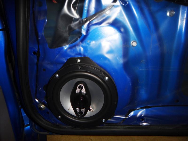 "Aftermakrket speaker and  Speaker adapter bracket   from <a href=""http://www.car-speaker-adapters.com/items.php?id=SAK065""> Car-Speaker-Adapters.com</a>  installed"