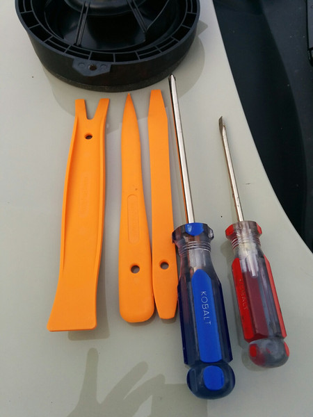 Installation tools:<br /> Left: Plastic pry bar set<br /> Right: Screwdrivers