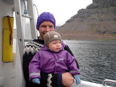 Þarna erum við komin um borð í bátinn sem ferjaði okkur í Reykjarfjörð nyrðri.