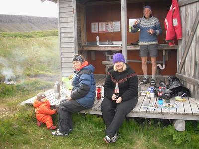 Kvöldmaturinn grillaður og snæddur á pallinum.