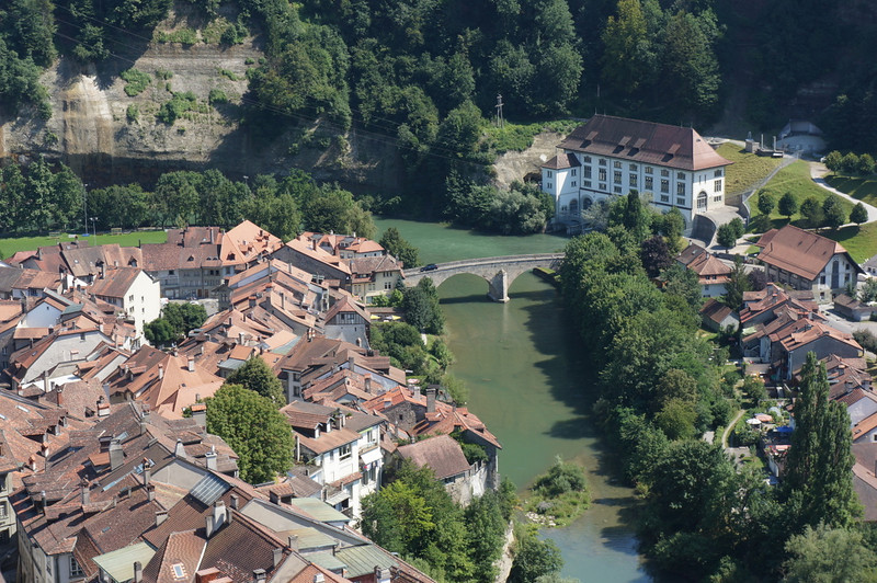 The Sarine/Saane River carves out the penninsula upon which Fribourg's hill extends.
