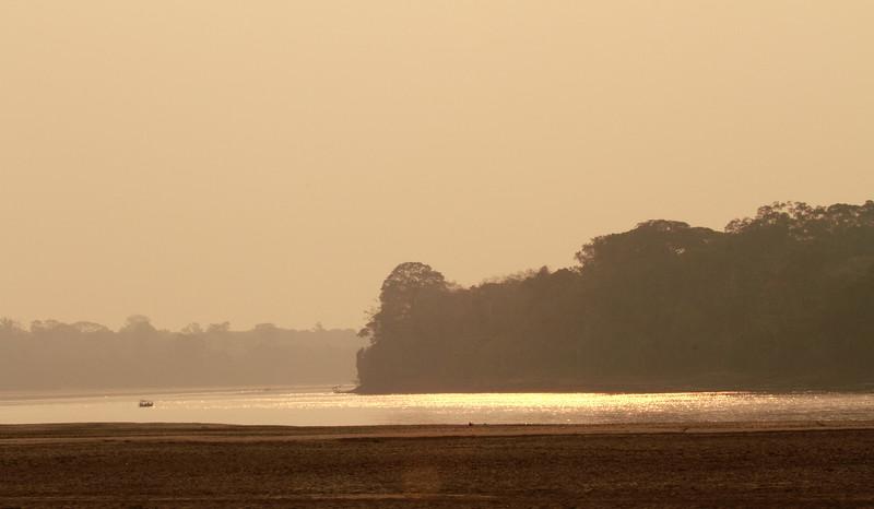 Αμαζόνιος. Ηλιοβασίλεμα στον ποταμό Madre del Dios.