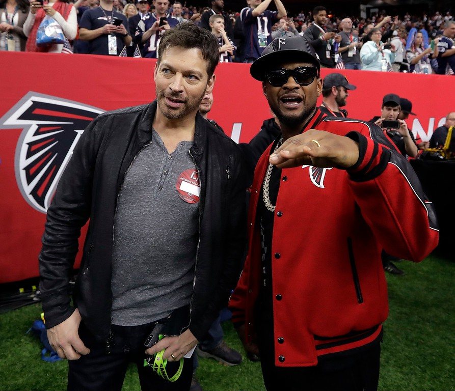 . Harry Connick Jr., left, talks to Usher before the NFL Super Bowl 51 football game between the Atlanta Falcons and the New England Patriots Sunday, Feb. 5, 2017, in Houston. (AP Photo/Eric Gay)