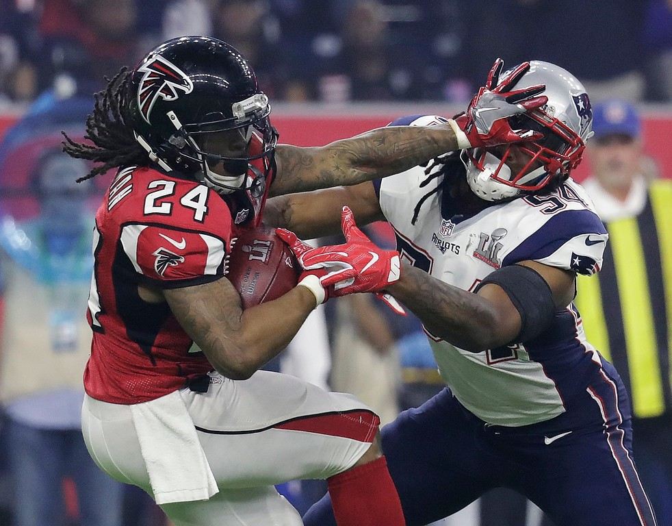 . Atlanta Falcons\' Devonta Freeman runs against New England Patriots\' Dont\'a Hightower during the second half of the NFL Super Bowl 51 football game Sunday, Feb. 5, 2017, in Houston. (AP Photo/Eric Gay)