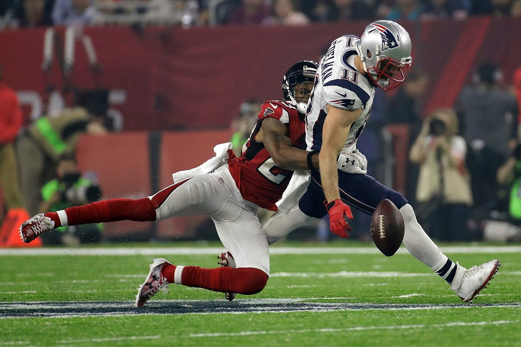 . New England Patriots\' Julian Edelman can\'t hold onto the ball as Atlanta Falcons\' Robert Alford defends, during the second half of the NFL Super Bowl 51 football game Sunday, Feb. 5, 2017, in Houston. (AP Photo/Patrick Semansky)