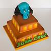 Megamente, torta de dos pisos coloreada con aerófrafo y personaje en pasta de modelar.