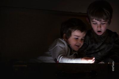 Sesiones de fotografía con luces para Navidad, Fotografo infantil Barcelona Elena Rubio Fotografa Barcelona para elenircfotografia Niños juegan con luces de navidad