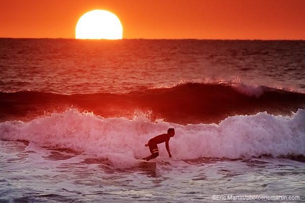 FRANCE. SURF LANDES. L ESPRIT SURF DANS LE DEPARTEMENT DES  LANDES. PLAGE D HOSSEGOR AU COUCHER DU SOLEIL