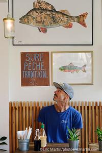 FRANCE. SURF LANDES. L ESPRIT SURF DANS LE DEPARTEMENT DES LANDES. Restaurant Louvine à Seignosse Phil le créateur du lieu est australien et passionné de pêche: forcément, il propose des poke bowl de poisson cru, mêlant gingembre mariné et algues wakamé ou katsu bowl, le poisson pané à la japonaise.  On repart aussi avec un t-shirt ou une casquette, Louvine étant aussi une marque dédiée à l'esprit pêche.