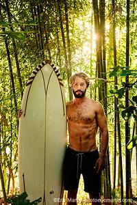 FRANCE. SURF LANDES. L ESPRIT SURF DANS LE DEPARTEMENT DES  LANDES. Paul Henneton jardinier et surfeur, photographié ici dans le jardin du Coco Barn Wood Lodge