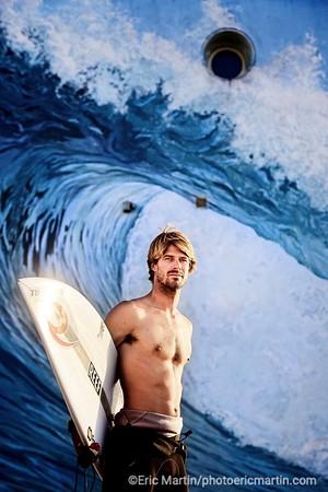 SURF LANDES.  L ESPRIT SURF DANS LE DEPARTEMENT DES LANDES. PLAGE D HOSSEGOR . Portrait du surfeur pro Vincent Duvignac photographié ici devant la peinture murale réalisée par Dominique Antony