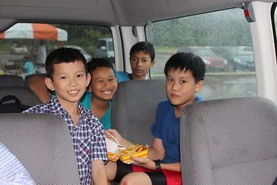 deze jongens vonden de bus veiliger dan de beach met regen