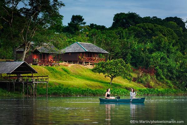 SURINAME. SITUÉ EN PLEINE JUNGLE AMAZONIENNE LE VILLAGE AMERINDIEN DE PALUMEU ACCUEILLE QUELQUES RARES TOURISTES DANS UN PETIT LODGE GÉRÉ PAR LA COMMUNAUTÉ: LE PALUMEU JUNGLE LODGE.