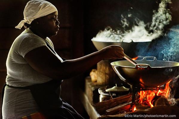 SURINAME. L'Awarradam Jungle Lodge a été construit sur une ile avec vue sur les sauts de la rivière Gran Rio par la communauté noir-marron Saramaca. Ici la cuisiniere du lodge.
