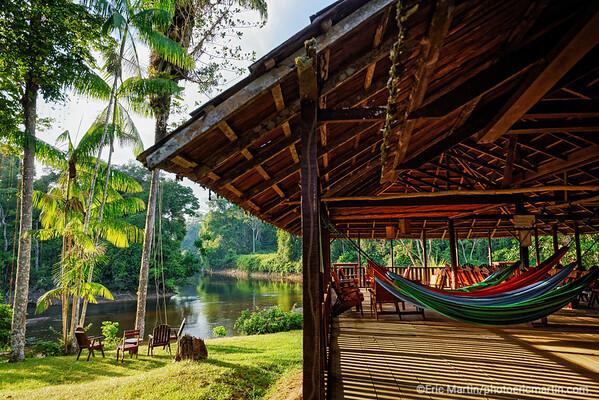 SURINAME. L'Awarradam Jungle Lodge a été construit sur une ile avec vue sur les sauts de la rivière Gran Rio par la communauté noir-marron Saramaca.