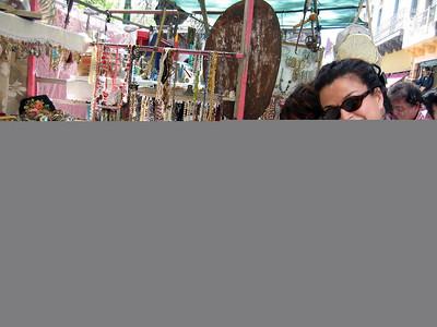 De compras el el rastro, Isabel y Sara  Chopping in the FLE marquet,