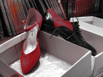 Y por supuesto.... zapatos de tango. And....but of course,... tango shoes.