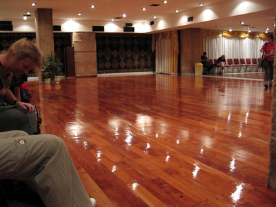 Preparandonos para la clase. El suelo es impresionante. Te dan ganas de vailar.   Preparin for the class, The floor was amizing. Invites to dance