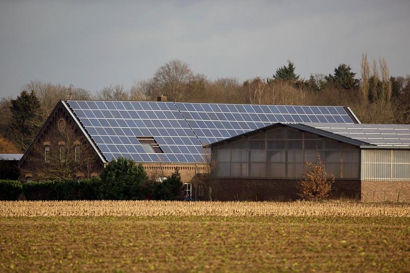 farm building barn photovoltaic panels 040112 ©RLLord 9652 smg