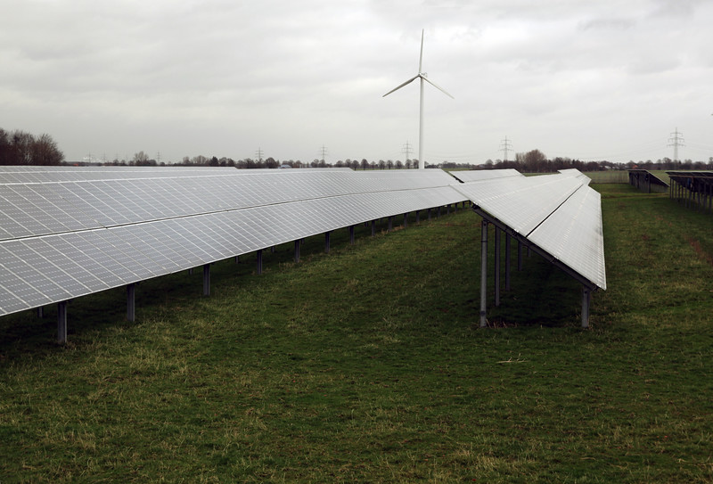 Germany field of photovoltaic panels near Goch 050112 ©RLLord 0053 smg