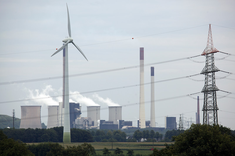 Scholven coal fired power station and wind turbine 100811 ©RLLord 2546 smg