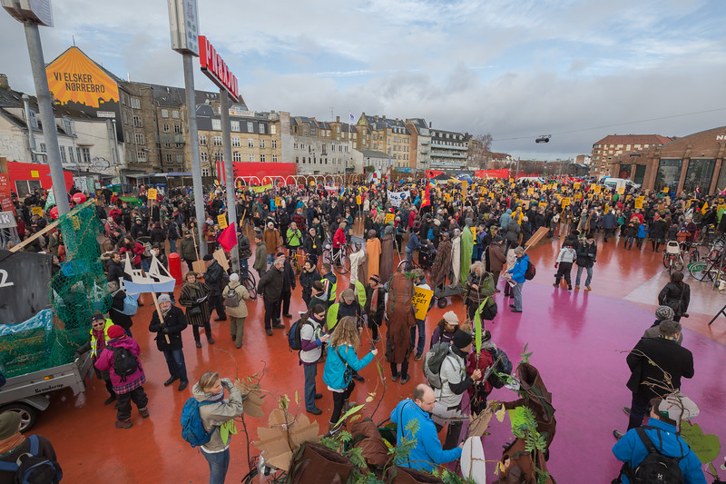 Copenhagen climate march crowds gather at red square Rød firkant Superkilen super wedge 291115 ©RLLord 7984 smg