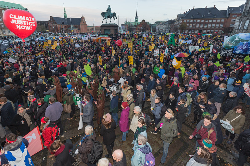 Copenhagen climate march crowd outside Christiansborg palace  291115 ©RLLord 8296 smg