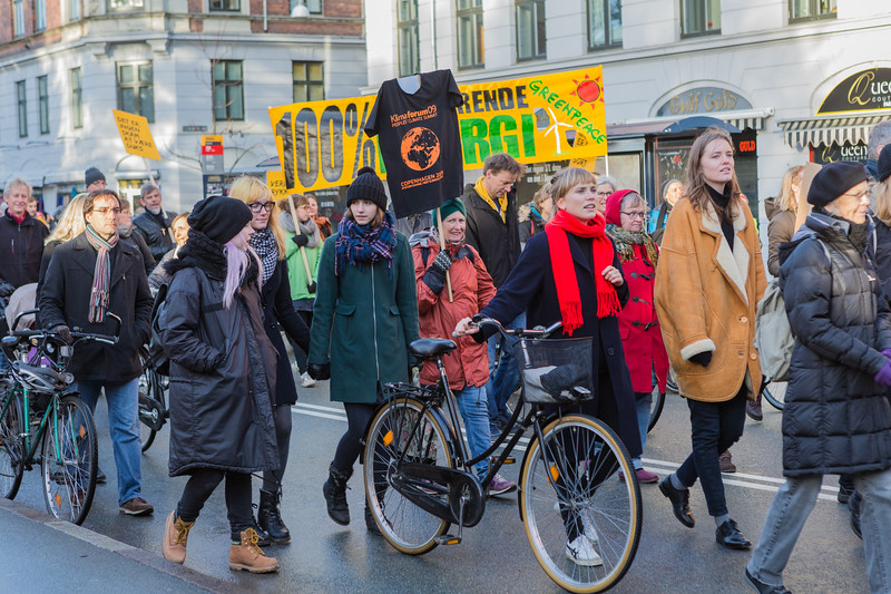 Copenhagen climate march Greenpeace banner 291115 ©RLLord 8096 smg