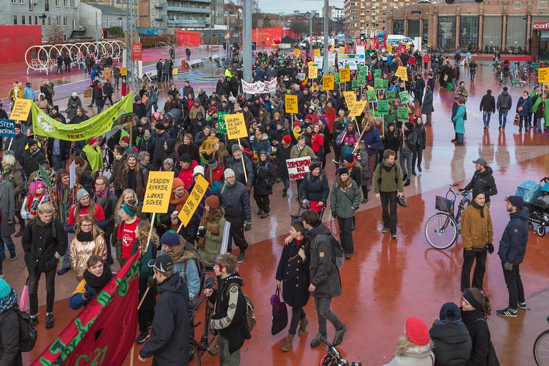 Copenhagen climate march begins Rød firkant red square Superkilen 291115 ©RLLord 8018 smg