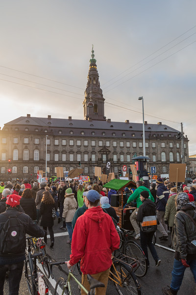 Copenhagen climate march approaching Christiansborg palace v   291115 ©RLLord 8265 smg