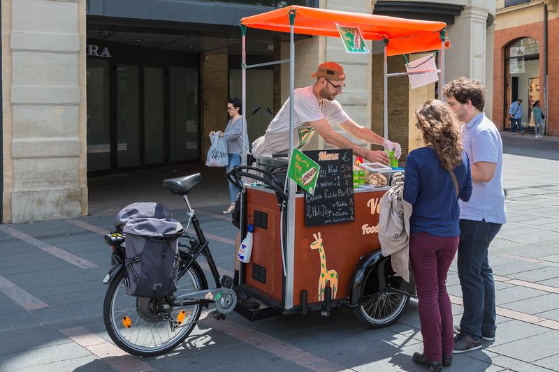 Velo Vege cargo trike street food vendor in Toulouse, France
