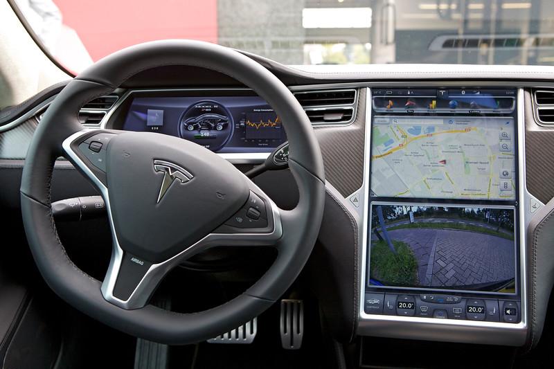 Tesla Model S steering wheel dashboard 120813 ©RLLord 9911 smg